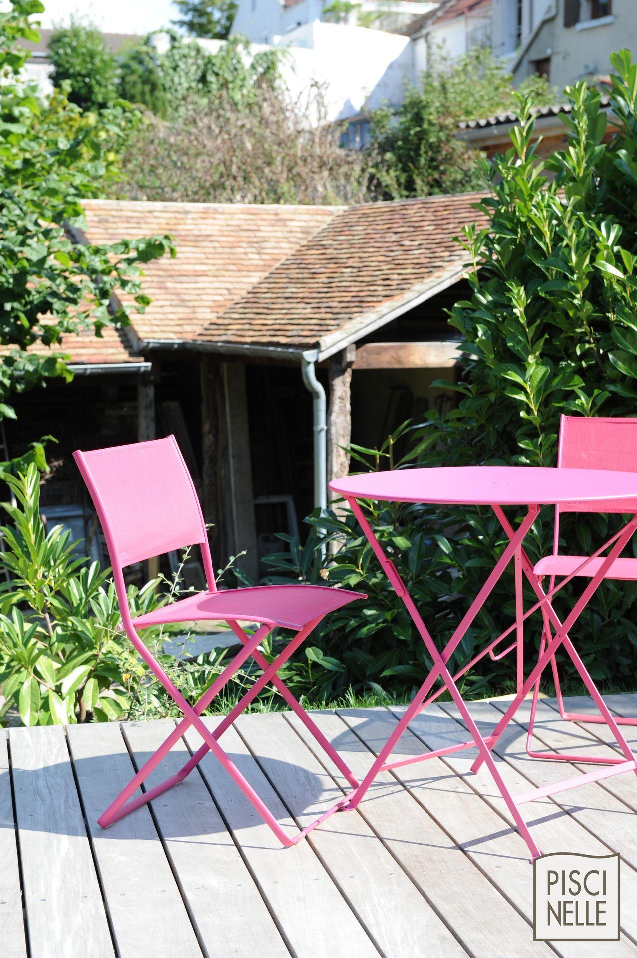 petite piscine design rectangulaire conviviale une touche de mobilier dextrieur rose comme incident graphique garant de la modernit de lensemble
