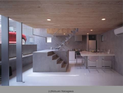 位於橫濱的新築住宅,這是建築師 二宮博 的設計作品。32坪的基地面臨的是不規則的可築空間,以RC 鋼骨做為主要結構支撐,亮紅的跑車在清水模量體內,成為鮮明的雕塑。 via STUDIO 2 ARCHITECTS