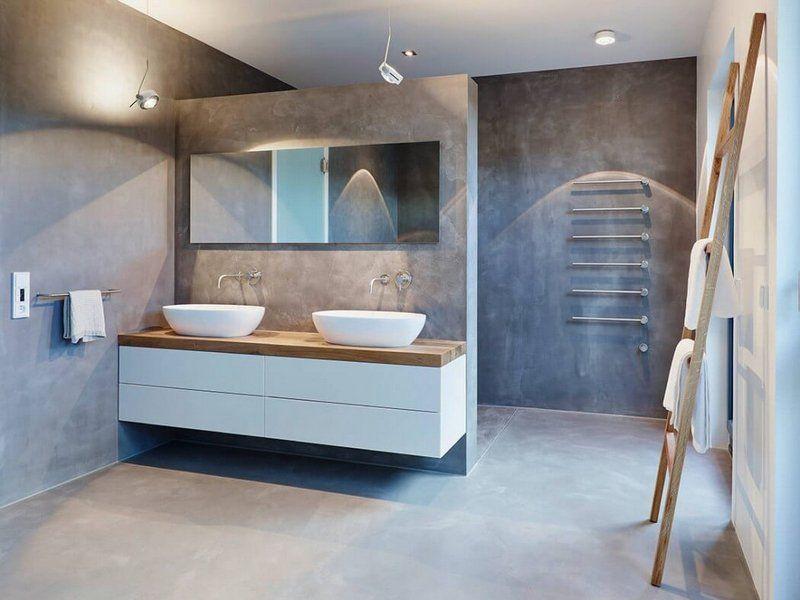 Meubles blanc et bois clair salle de bains murs en béton ciré et porte serviettes