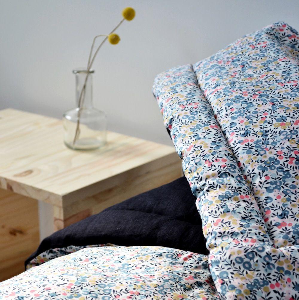 couverture liberty 130 cm x 95 cm - une face liberty (100 % coton) - une face lin noir bleuté (100 % lin) Rembourrage polyester Peut s'utiliser...