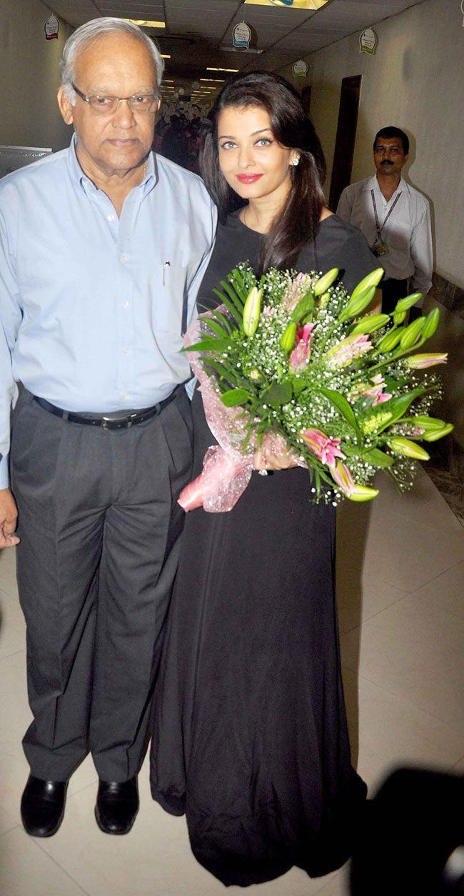 Aishwarya Rai Bachchan With Father Krishnaraj Rai Aishwarya Rai Family Photos Aishwarya Rai Bachchan Actress Aishwarya Rai