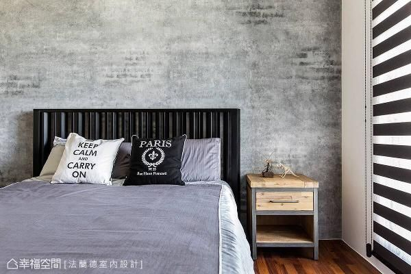 床頭背牆舖貼壁紙 呈現出水泥牆原始斑駁的視覺效果 圍塑出精緻的工業