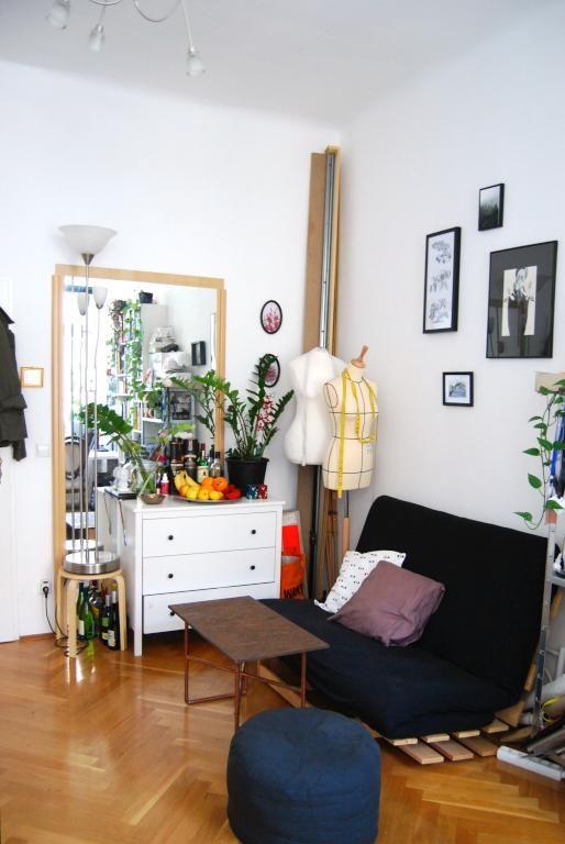 Ein gem tliches wg zimmer durch den gro en spiegel an der for Raum pflanzen