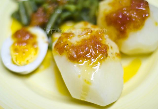 Patatas hervidas con salsa de tomate torrado