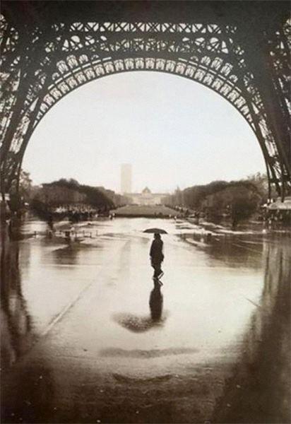 Onder de Eiffel toren kun je dingen zien die er niet horen te zijn, zoals je in deze foto een gezicht ziet. Maar ook zie je de foto van een man met een paraplu die ook de aandacht trekt.