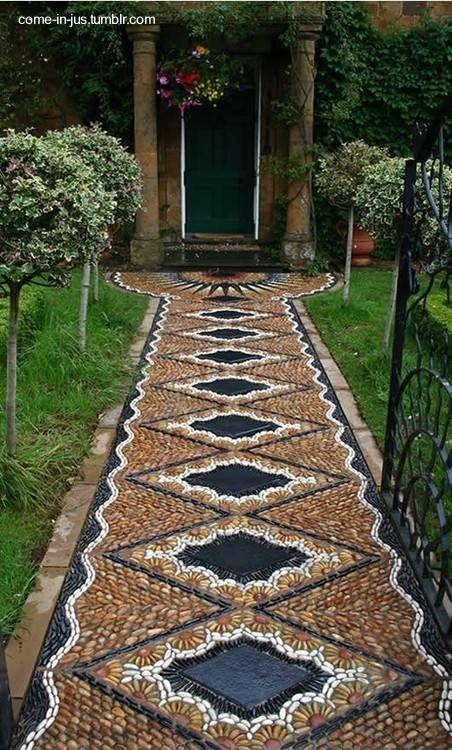 Piso exterior de una casa con arte en el suelo patio for Pisos de jardines exteriores