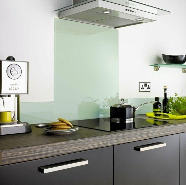 Fliesenspiegel küche glas  Küchenrückwand aus Glas - der moderne Fliesenspiegel sieht so aus ...