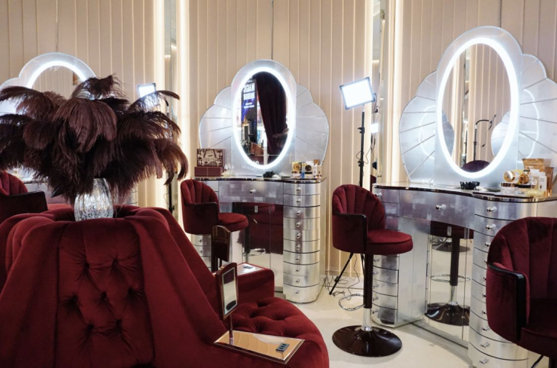 Pin By Jennifer On Dressing Room Of Dreams Luxury Dining Room Decor Salon Interior Design Salon Design