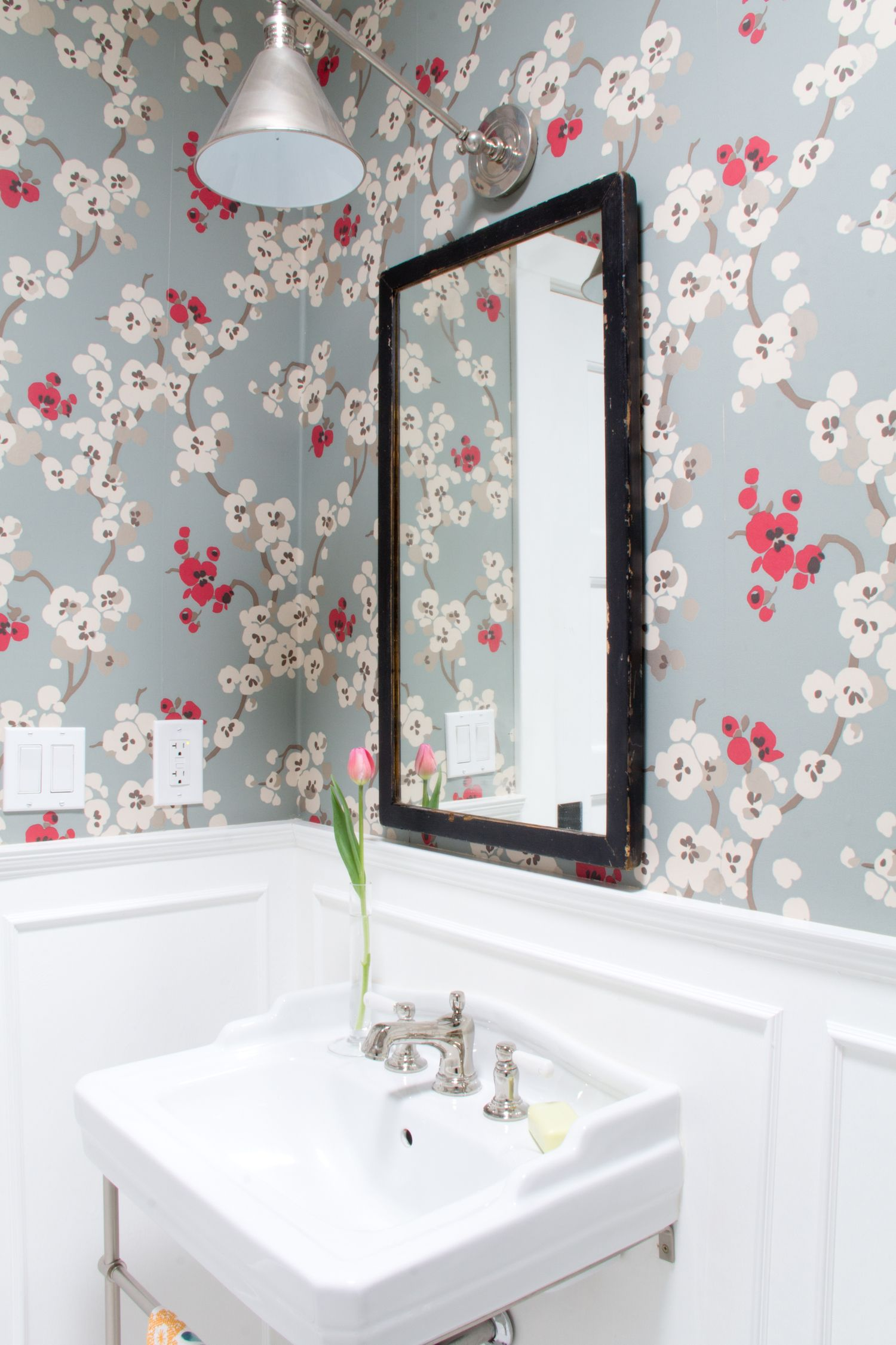 22 Floral Bathroom Designs Decorating Ideas: White Walls With Decorative Molding And Floral Wallpaper