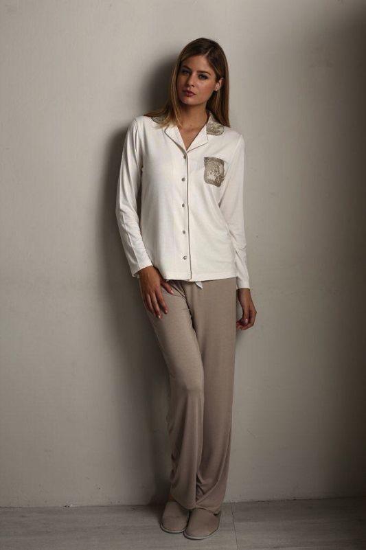 00775645d Luxusné dvojdielne pyžamo CLAUDIA je ladené v pohodlnom strihu. Eleganciu  ale nájdeme predovšetkým v detailnom