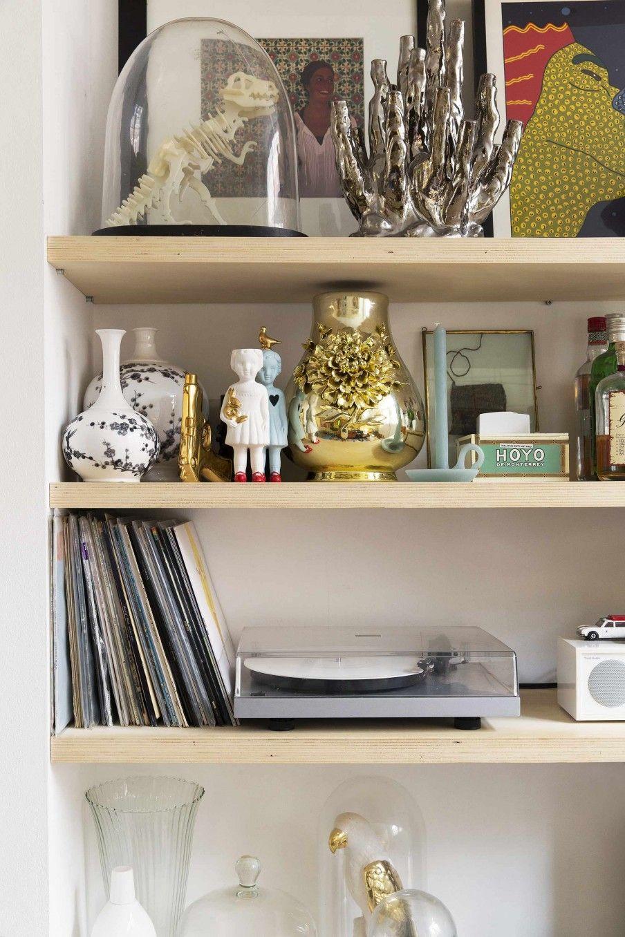 boekenkast met vintage accessoires bookcase with vintage accessoires vtwonen binnenkijken special 2017 fotografie