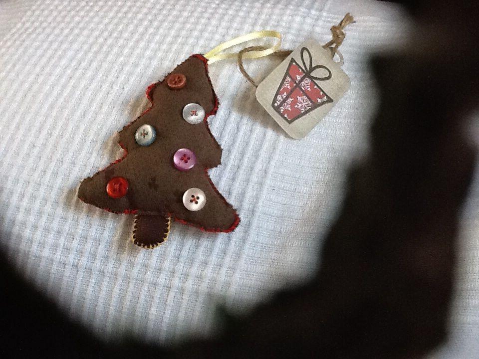 Adorno de Navidad hecho con tela y botones reciclados