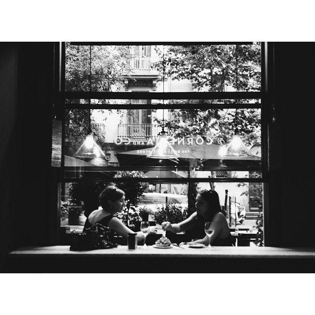 Verano, sol, vino, bravas y buena compañía. Sabéis montároslo bien #corneliaandco #restaurant #bcnrestaurants #restaurantesbcn #eixample #foodiesbarcelona #gourmet #bravas #happyfriday