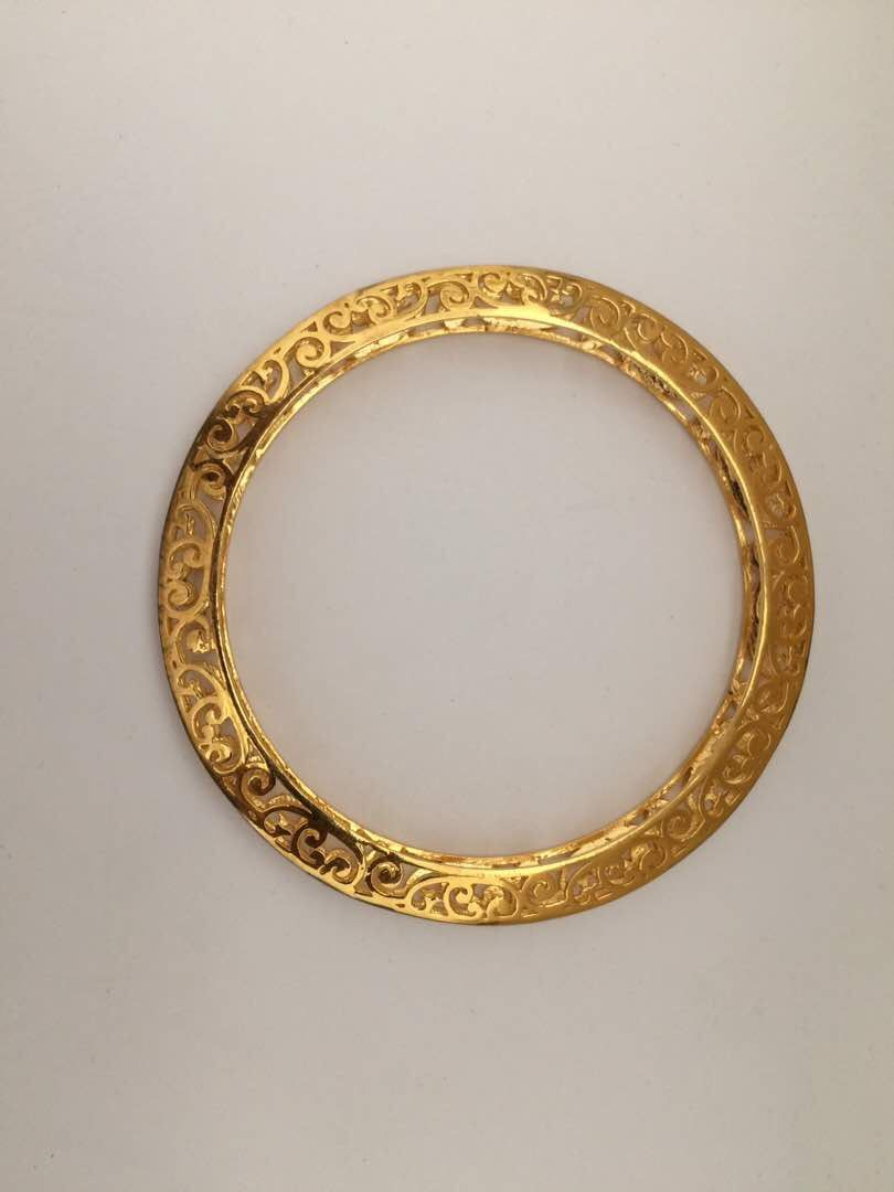 Plain gold bangle with side designs and diamond cutting in
