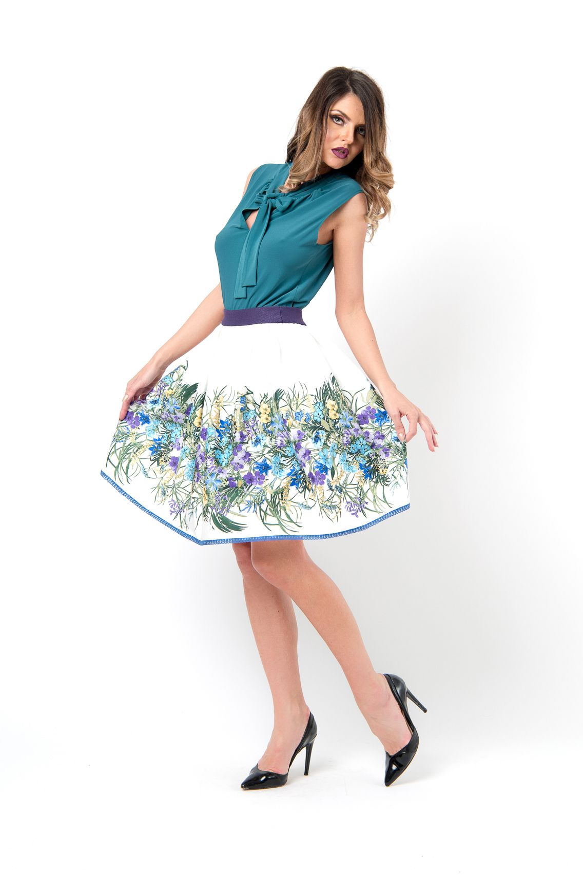 Turquoise Elegant Top With Ribbon And A White Skirt With Blue And