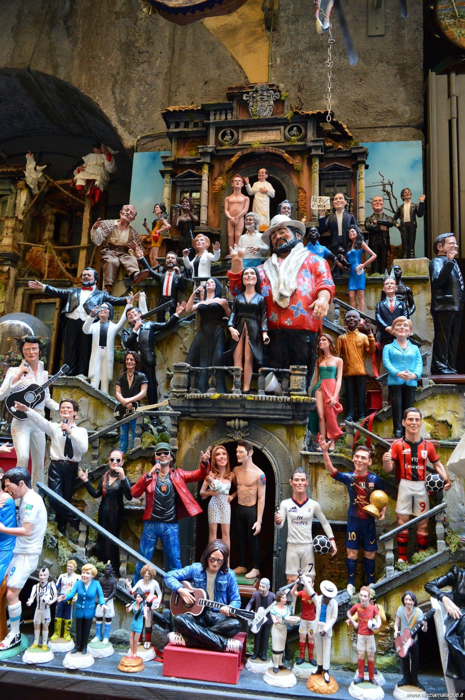 Napoli, statuette caricaturali di personaggi famosi in via San Gregorio Armeno