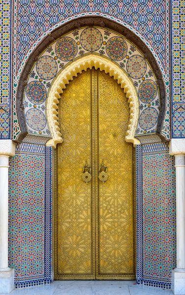 Koperen deur van het koninklijk paleis in Fes, Marokko van Rietje Bulthuis op canvas, behang en meer