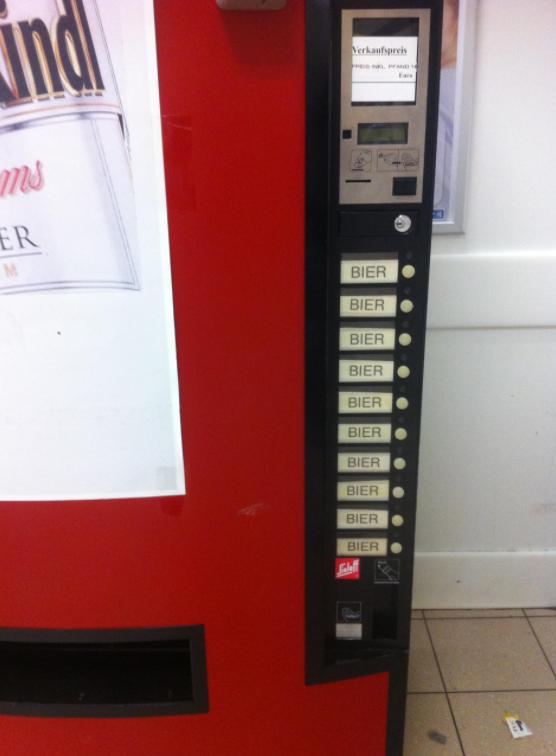 Ein Getränkeautomat, an dem sich andere Getränkeautomaten ein ...