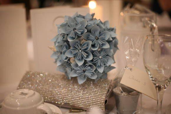 Linda flor de papel para diversas utilidades, inclusive decoração. R$ 3,80