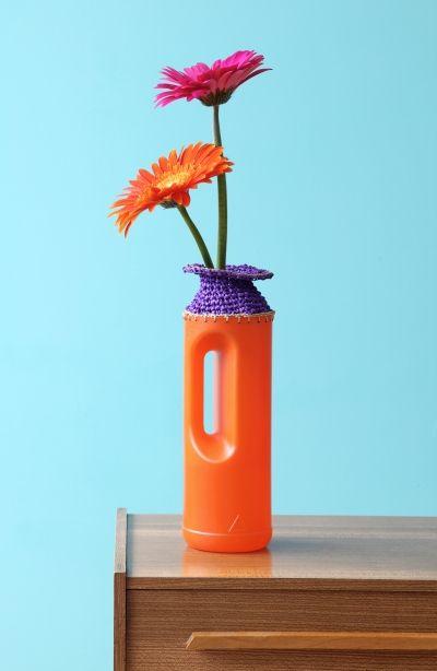 Plastikflaschen-Fusion: umhäkelte Putzmittelflasche wird zur Blumenvase