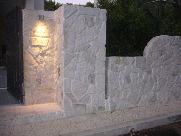 Rivestimento in lastre di trani anticate montate ad opera incerta rivestimenti in pietra - Rivestimenti da esterno ...