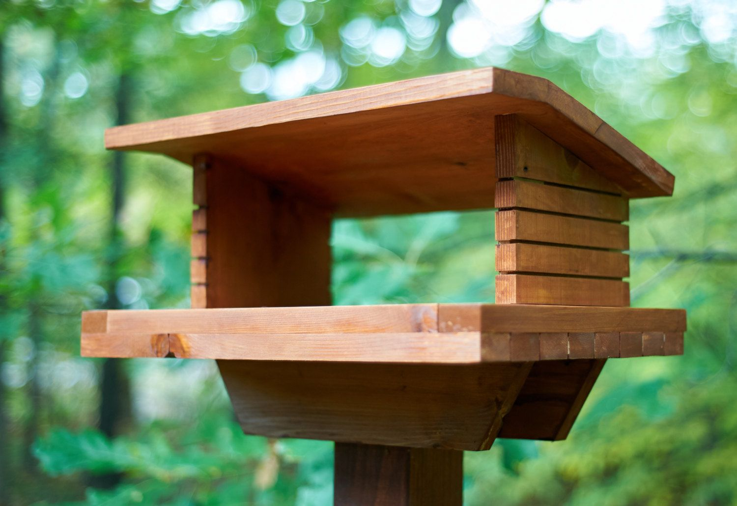 This Mid Century Modern Inspired Bird Feeder Is Made Of Solid Western Red Cedar And Is Sealed And Stained For Outdoor Weatherability It Also Easily M Passarinho