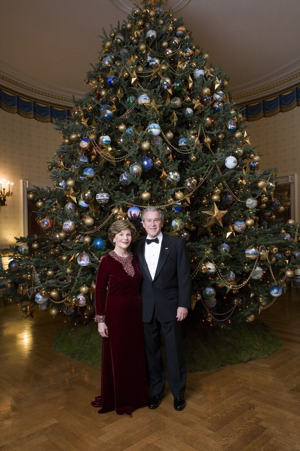 4 Decorating Tricks We Learned From Watching Hgtv S White House Christmas Tour White House Christmas Tree White House Christmas Decorations White House Christmas