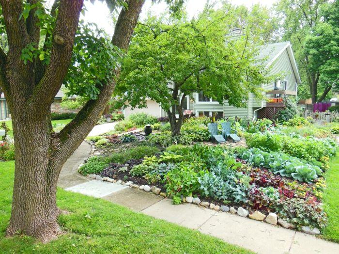 Beete mit Blumen und Gemüse zwei Liegestühle und ein Baum schöne - vorgarten modern pflegeleicht