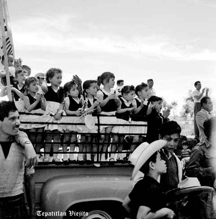 Niños y Jovenes apoyando en campaña a Lopez Mateos en Tepatitlan Jalisco