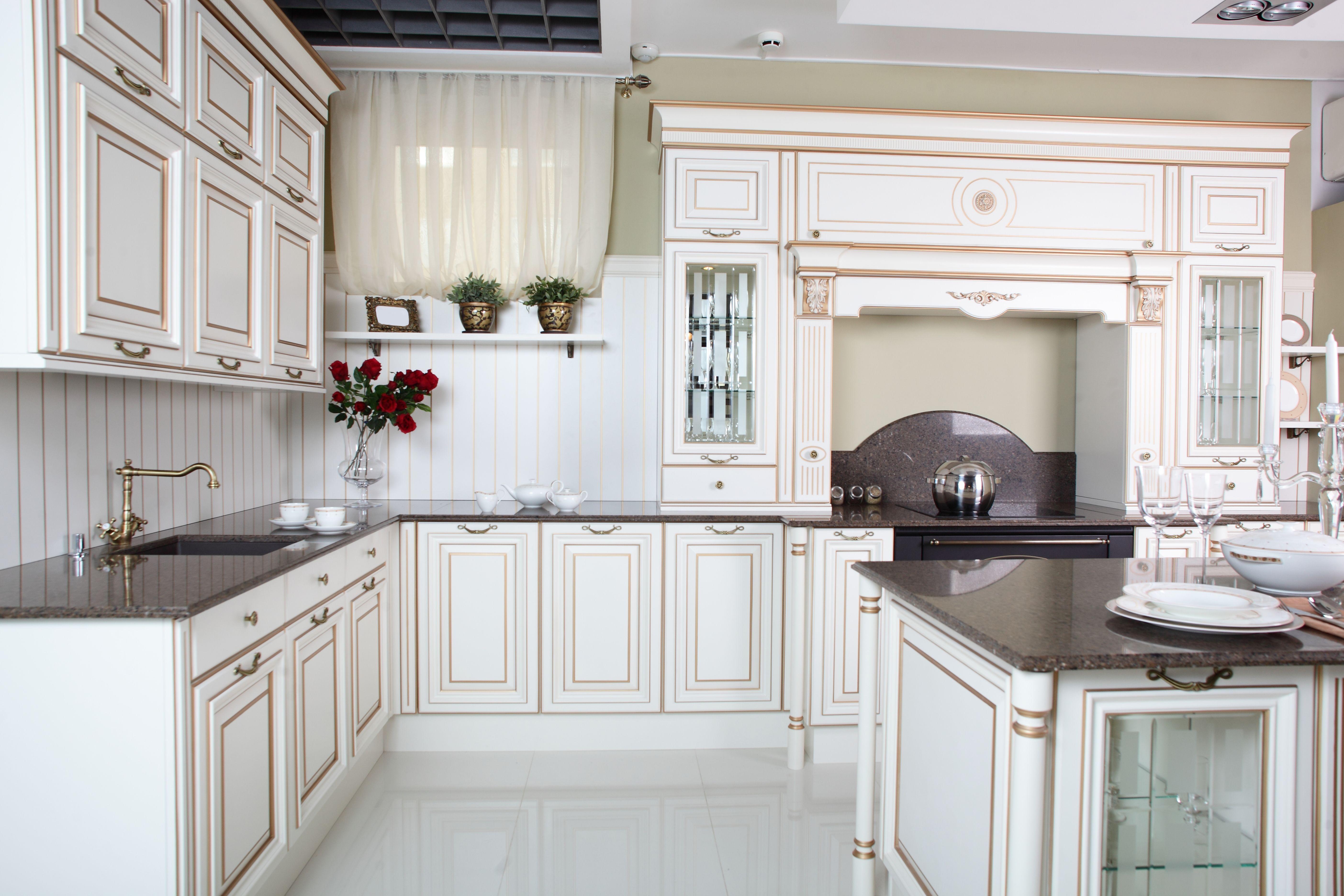 Elegancka, stylowa, drewniana, biała kuchnia z miedzianymi   -> Kuchnia Grafitowo Drewniana