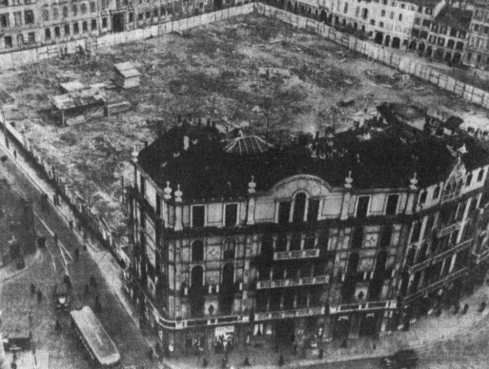 San Babila, le demolizioni nel quadrilatero alle spalle della Case Veneziane. I palazzetti tanto caratteristici resisteranno fino al 1938. Alcuni elementi decorativi (finestre, balconi) vennero salvati trasportandoli a Melegnano, dove furono incastonati in un edificio del centro cittadino.