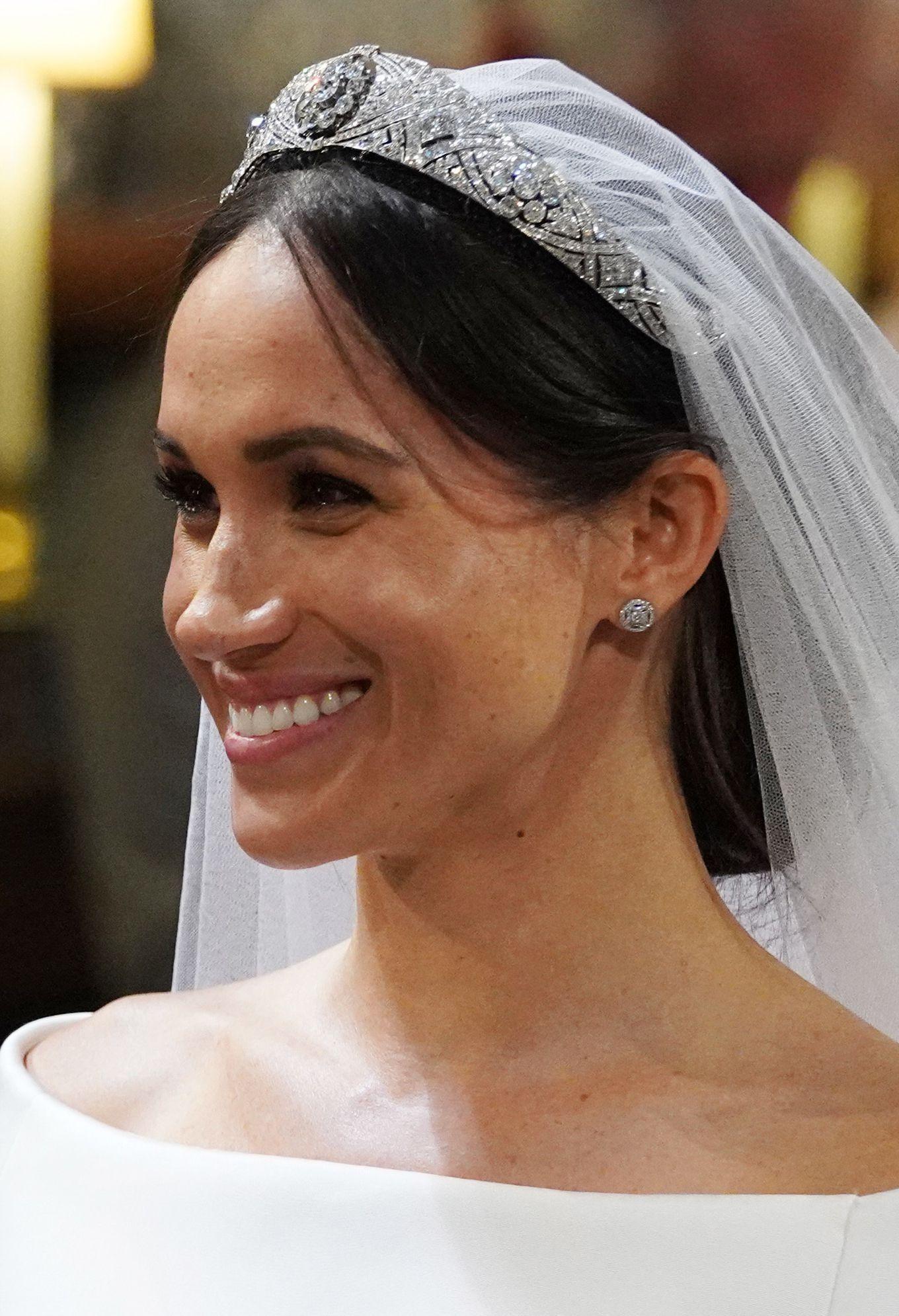 Con la tiara di diamanti Meghan Markle lancia un messaggio in codice alla  Royal Family   Pettinature per matrimoni, Meghan markle, Tiara