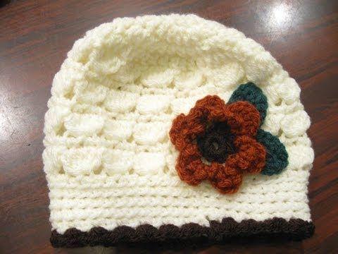 Super sød hat. Jeg lavede denne til min mor, og hun var meget glad for den.. Jeg hæklede et par forskellige blomster, så de kunne skiftes alt efter humør