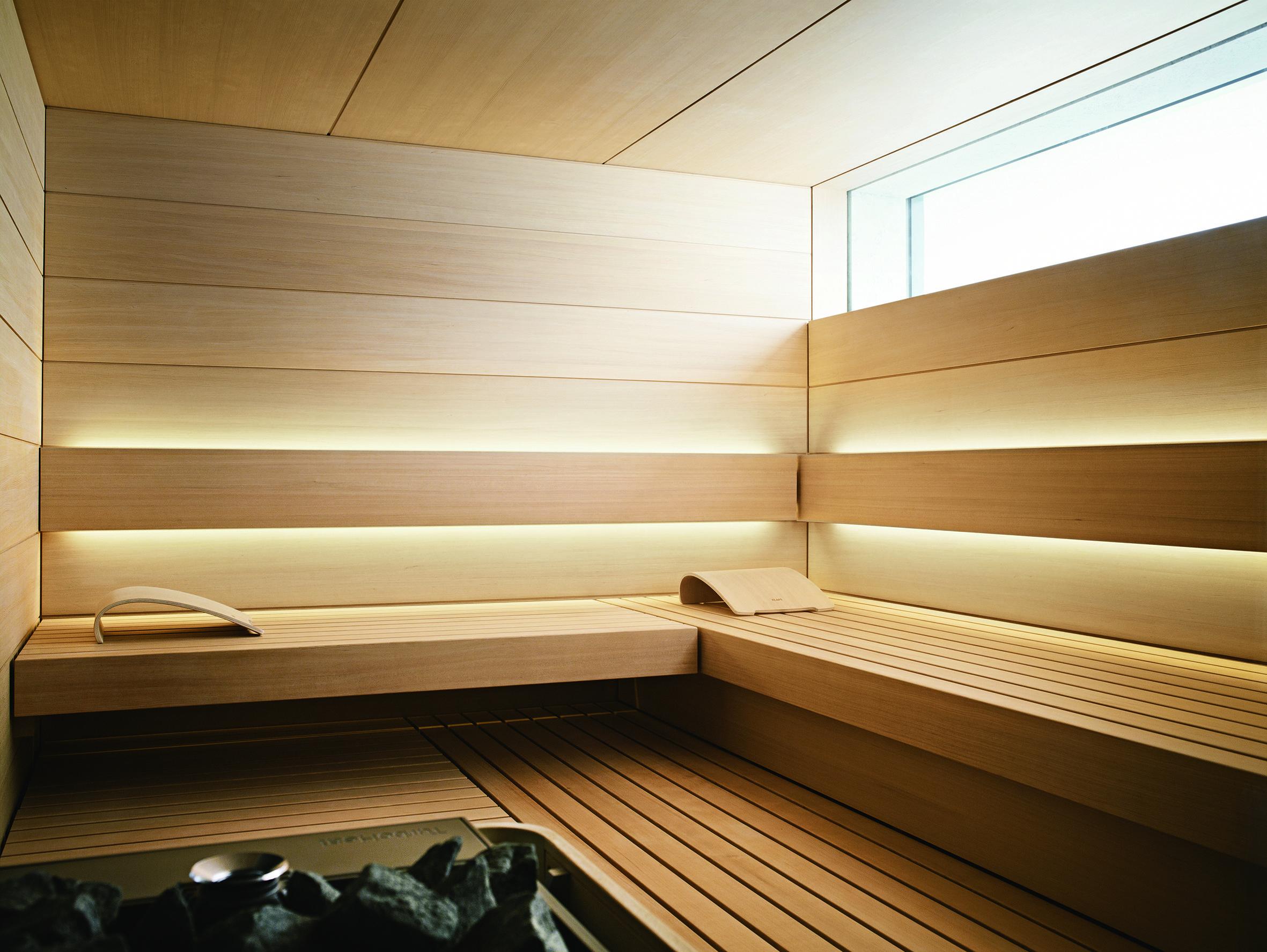 Dieser Eindruck Setzt Sich Im Interieur Der Design Sauna Shape Von Klafs Eindrucksvoll Fort Die Innenverkleidung Aus Ho Sauna Innenverkleidung Sauna Ideen