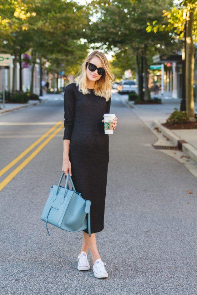 На фото: белые кеды Converse в сочетании с черным платьем.