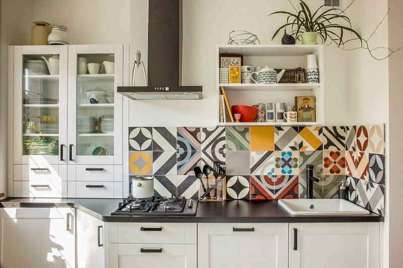 Moderne Wandfliesen mit geometrischen Motiven für die kleine Küche - fliesen küche modern