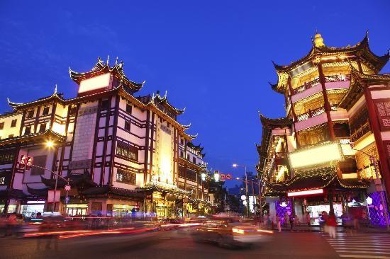 10º lugar - Xangai,China - A maior cidade da China também é a mais cosmopolita, oferecendo aos visitantes a chance de experimentar o passado, o presente e o futuro, tudo junto. O rio Huangpu divide Xangai em dois bairros: Pudong e Puxi. O horizonte de Pudong parece copiado dos Jetsons, com a torre de rádio e TV Oriental Pearl parecendo um pirulito duplo. Em Puxi, você pode caminhar pelo distrito de Bund e conhecer um pouco da velha Xangai.