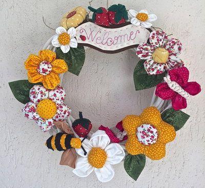 Photo of Ghirlanda di legno sbiancato con fiori e api di farfalla