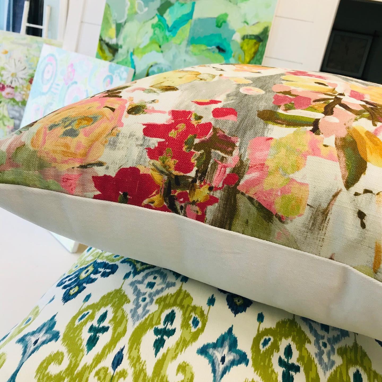 #colorcrush #decorativepillows #fabricaddict #custompillows #overallupholsterystudio #mycolorfullife #happysundayeveryone #godisgreat🙏