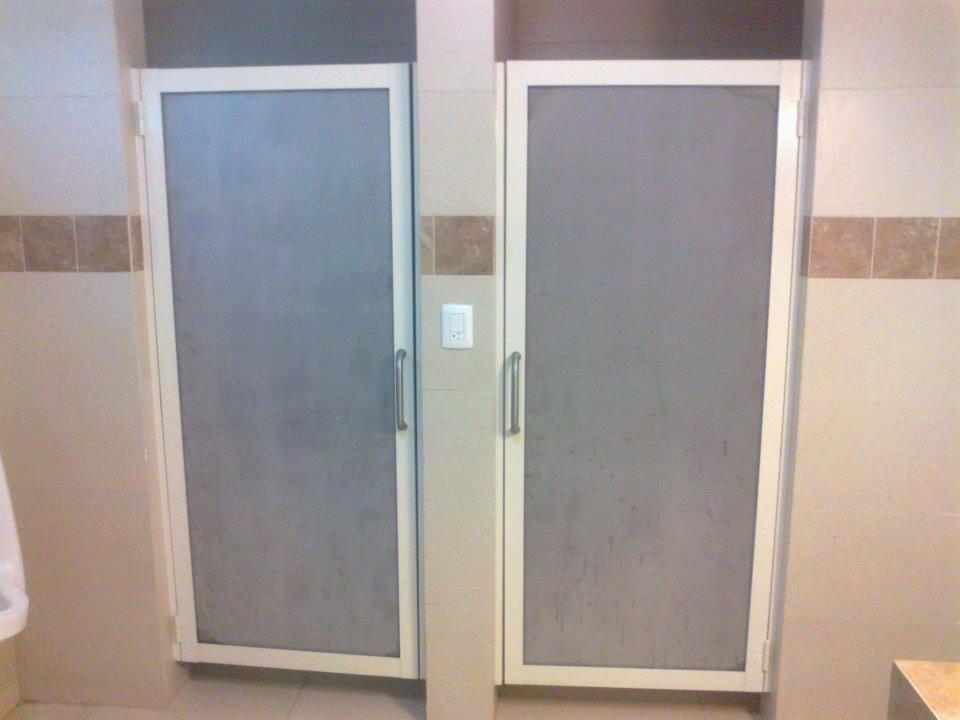 Puerta para ba o canceler a y ventanas para ba o en 2019 for Puertas de aluminio blanco para bano