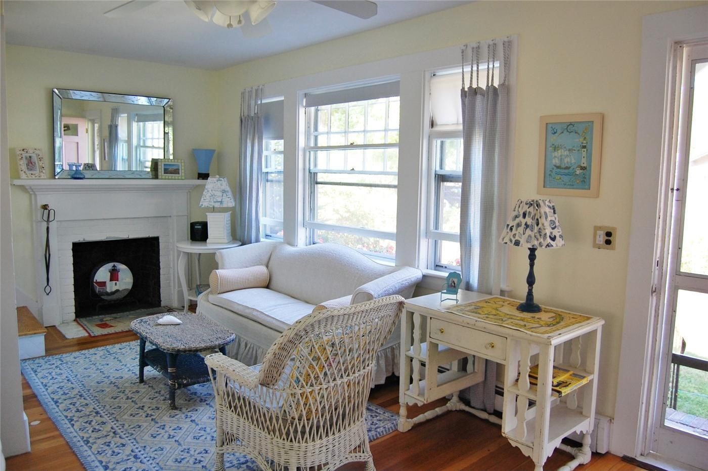 A Crisp And Clean Cape Cod Cottage Living Room Beachy Living Room Cottage Living Rooms Cottage Living