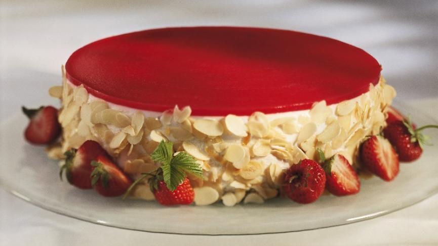 Erdbeerkuchen mit pürierten Erdbeeren