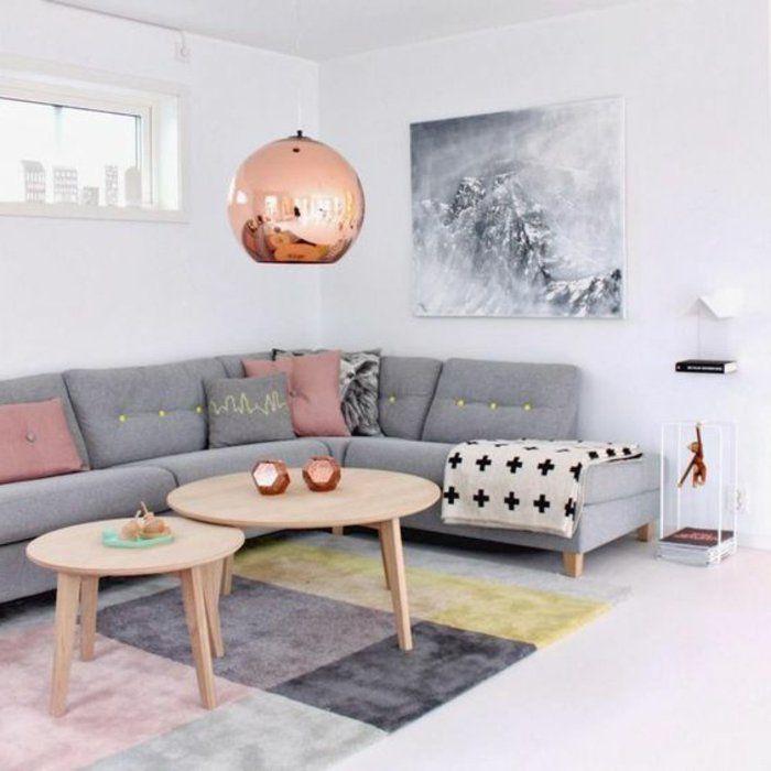 graues Sofa, graues Bild, zwei runde Tische, gerundete Lampe ...