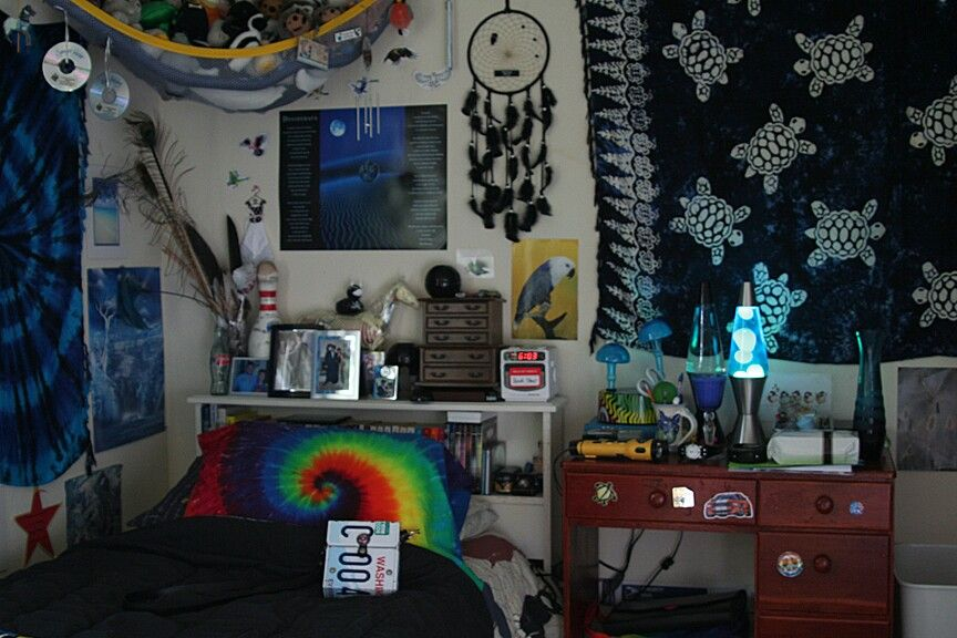 I want that pillow and the lava lamps! Nice tapestries!