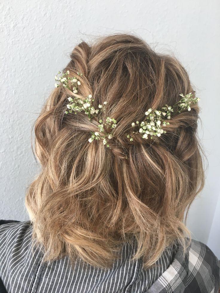 kurze Frisur für formelle Heimkehr und Abschlussball mit Blumen #typesofhairstyles