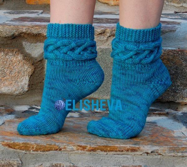 Очень красивые носки с аранами на манжетах вязаные спицами
