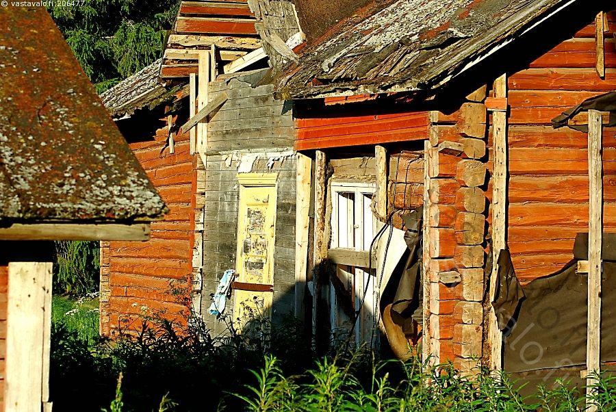 Korjauksen tarpeessa 1 - rakennus korjaus vanha rikki purkaa laho hoitamaton ruma korjauskelvoton ympäristö ulkonäkö asumaton