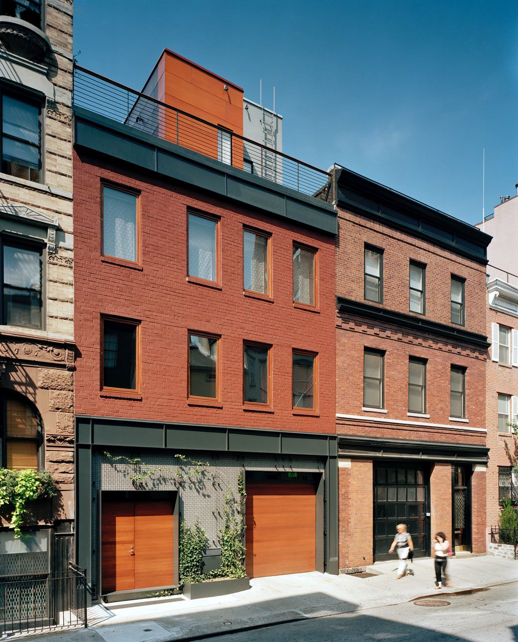A Parking Garage Becomes A Nyc Townhouse With Drama Nyc Townhouse Street Townhouse Townhouse