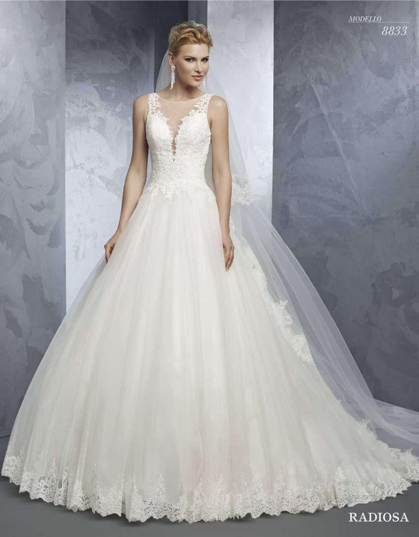 c6df88c293cf Vestito da sposa in tulle e chiffon con gonna ampia. Abiti da sposa  principeschi