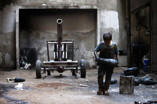 10 year old boy working in manufacturing weapons in Syria - Menino de 10 anos trabalha em fabrica de armas.